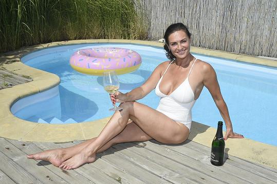 Tomu se říká letní pohoda. Hanka Kynychová nemusí opouštět domov a užívá si doma u bazénu.