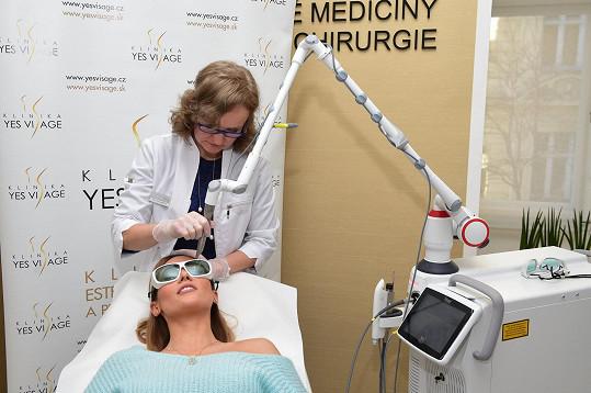 Lékařka Tereza Gabryšová doporučila Tereze neinvazivní ošetření laserem FOTONA Dynamis PRO, který prý jako jediný z laserů dokáže pronikat nejhlouběji a stimulovat tvorbu kolagenu v hlubších vrstvách pokožky, kam běžné lasery ani neinvazivní přístroje nedosáhnou.