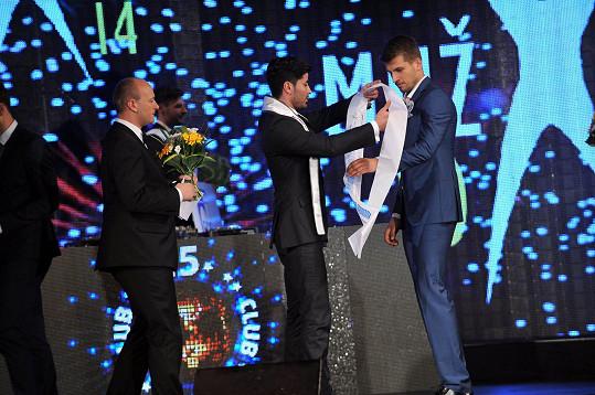 Šerpu mu upevnil Mister International, Venezuulan José Amer Paredes (vlevo ředitel sozutěže David Novotný).