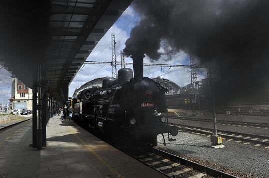 Delegaci z pražského Hlavního nádraží odvezl historický vlak do Loděnic.