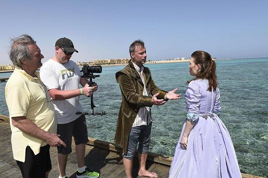 V zátoce Soma Bay momentálně natáčí autor muzikálu Zdeněk Hrubý s muzikálovou zpěvačkou Eliškou Ochmanovou.