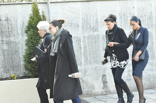 Andrea Pomeje s novináři nemluvila. Dorazila s Jiřího sestrou a maminkou Jaroslavou