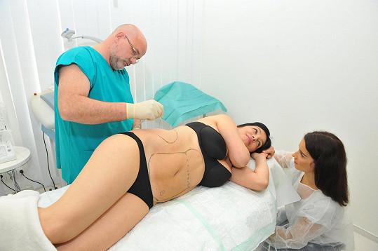 Paní Leoně napouští tělo speciálním roztokem.