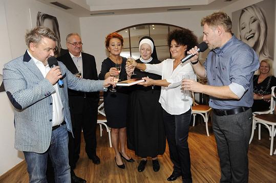Jitka Zelenková pokřtila s kolegy a přáteli autobiografickou knihu Sem tam.