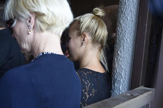 Na pohřbu byla zhroucená. Byla s Ivem blízká kamarádka.