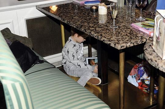 Hrál si i pod stolem.