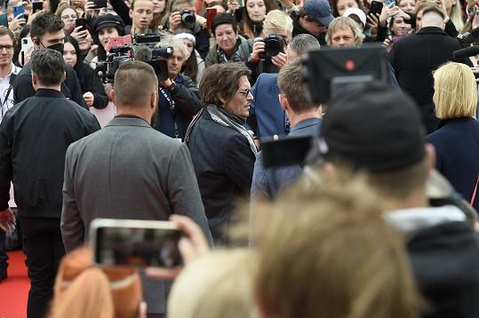K fanouškům byl mimořádně vstřícný, rozdal stovky autogramů.