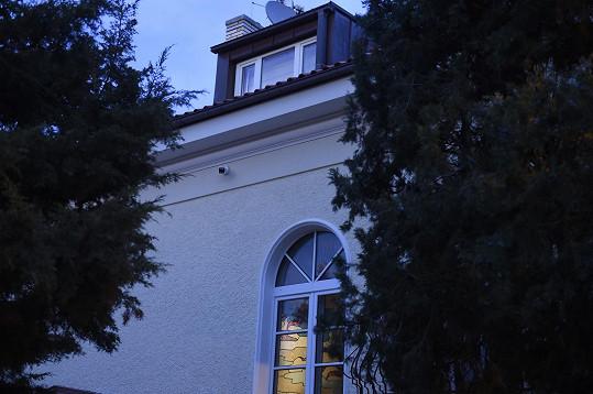 V oknech se již svítí.