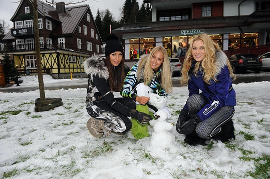 S chutí si ale s kolegyněmi postavila ze zbytků sněhu aspoň malého sněhuláčka.