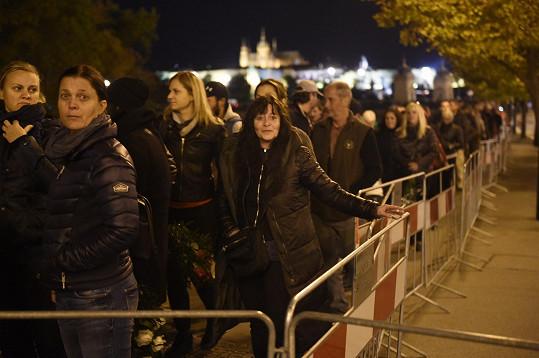 Lide neustále přicházeli uctít památku Karla Gotta.