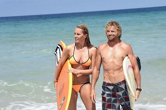Během poslední dovolené se učila surfovat.