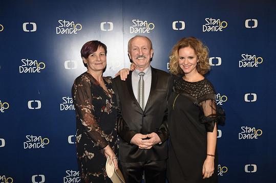 Oldřich Navrátil s manželkovu (vlevo) a bývalou taneční partnerkou Kamilou Tománkovou, se kterou v roce 2012 soutěžil ve StarDance.