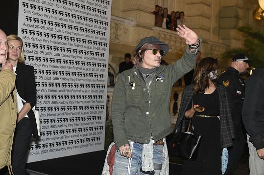 Na letišti i před hotelem jej čekalo vřelé přivítání fanoušků.