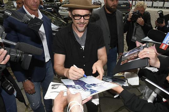 Fanouškům se ochotně podepisoval.