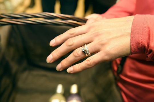 Poprvé se také pochlubila novým prstenem.