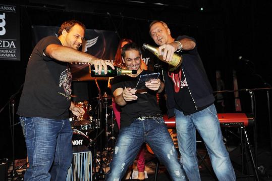 Novou desku mu pokřtili Xindl X a Viktor Dyk, s nímž zpívá v rockové opeře.