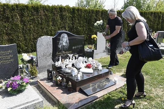 Pochovaná je na hřbitově v Říčanech.