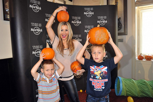 Monika s Kubou a Matesem pózovali s typickými halloweenskými dýněmi.