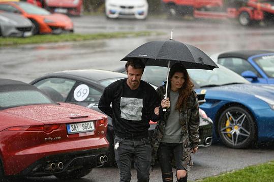 Nakonec se pod deštník schovali oba.