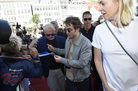 Robert se podepisoval fanouškům.