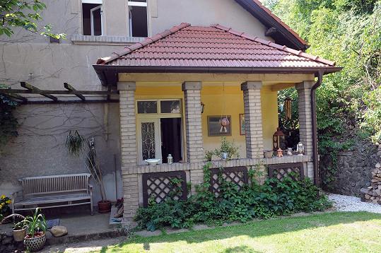 Vítek a Sidovský bydlí v malebném domě na Karlštejně.