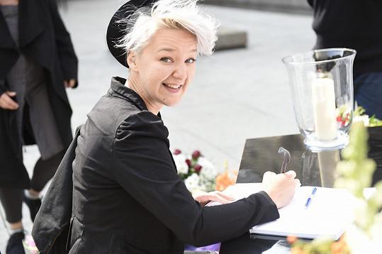 Vnučka Léna Brauner píše do kondolenční knihy.