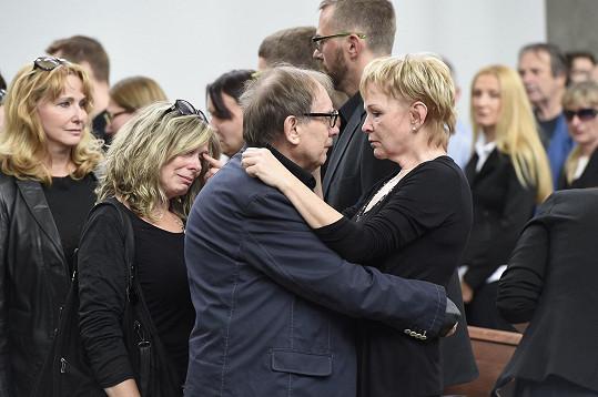 Jeden z nejdojemnějších momentů. Josef Alois Náhlovský s manželkou zesnulého baviče.