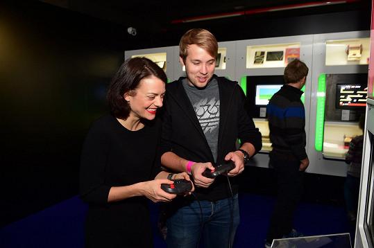 Na výstavě se Stryková potkala s blogerem Jirkou Králem, který recenzuje hry a streamuje jejich hraní.