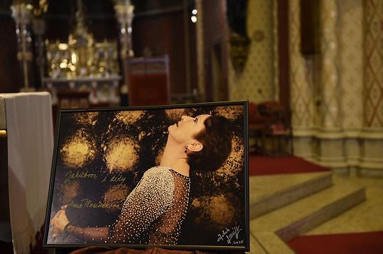 Před oltářem byl umístěn portrét Hany Maciuchové.