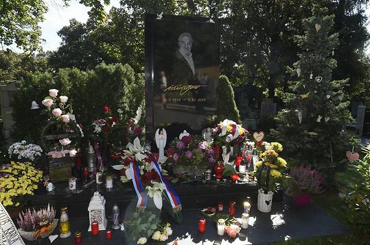 Fanoušci v den druhého výročí úmrtí vzpomínají na Karla Gotta.