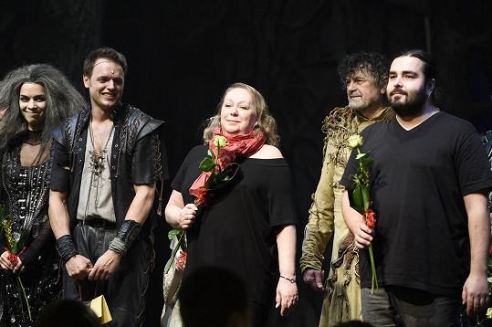 Robin Hood Jan Kříž s čarodějnicí Radkou Pavlovčinovou a textařkou muzikálu Gábinou Osvaldovou