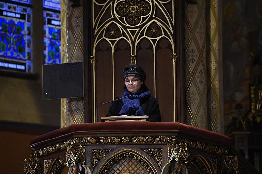 Simona Postlerová, která zádušní mši zorganizovala, se ujala čtení v kostele.