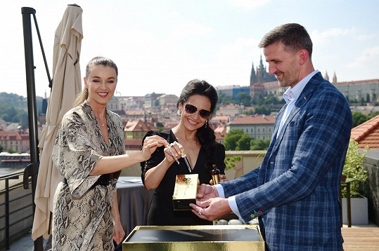 Moderátorka Iva Kubelková, zpěvačka Lucie Bílá a primář Martin Molitor křtili produkt Hyaluron Elix.