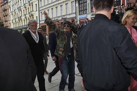 Johnny Depp se zpožděním dorazil do karlovarského divadla.