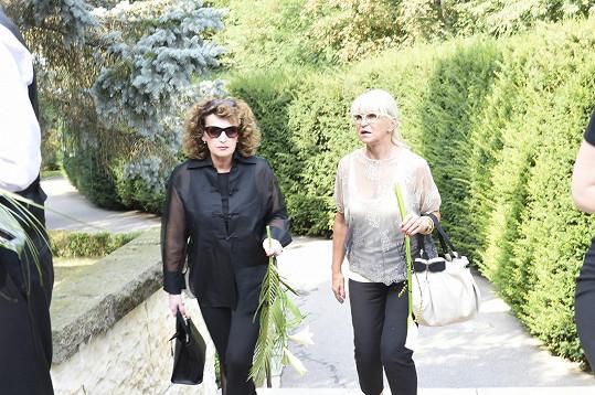 Milada Karasová (vpravo)
