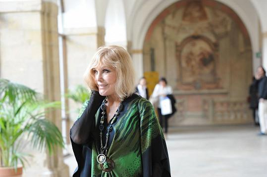Kim Novak působila velmi odpočatě a bylo vidět, že si pobyt v Praze užívá.