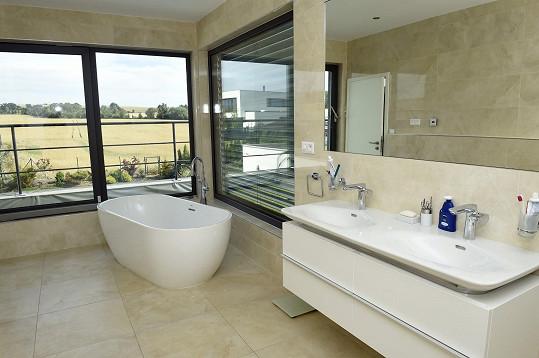 Hlavní koupelna má krásný výhled.