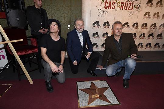 U hvězdy Gott, Tofi a ředitel divadla Egon Kulhánek společně poklekli.