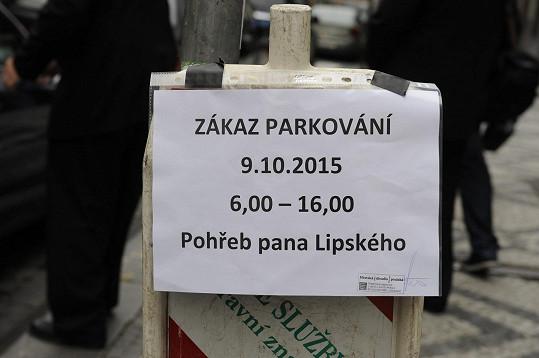 Kvůli pohřbu se nesmělo v centru Prahy parkovat.