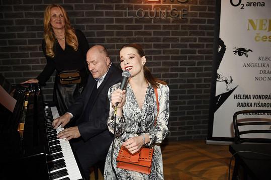 Michal David zahrál Vendule píseň Karla Svobody, zpěvem ho doprovázela Michaela Gemrotová.