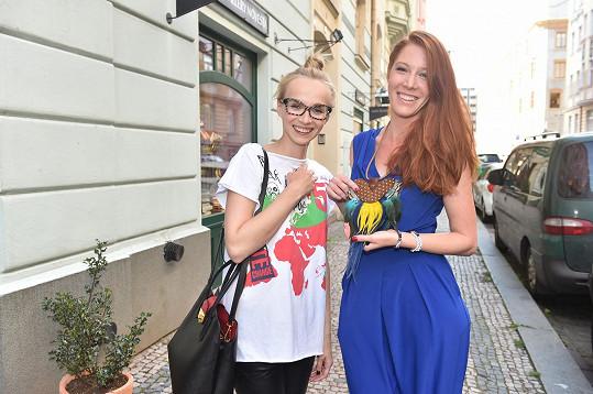 Jana Plodková a Nikol Kouklová obdivují šperky.