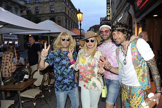 Kateřina s kamarády na oslavě narozenin, která se nesla ve stylu hippies.