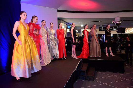 Dražily se šaty předních světových i českých návrhářů se zajímavou historií.