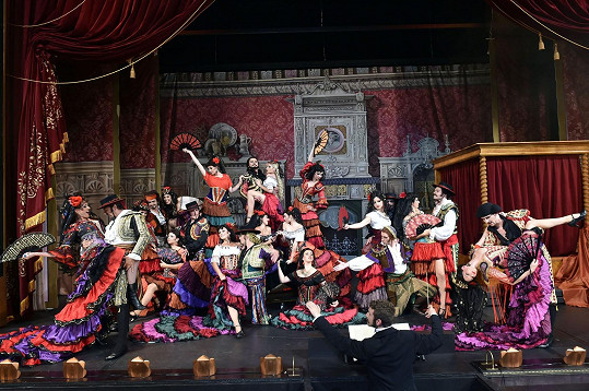 Scény ve Fantomovi opery se střídají v rychlém sledu.