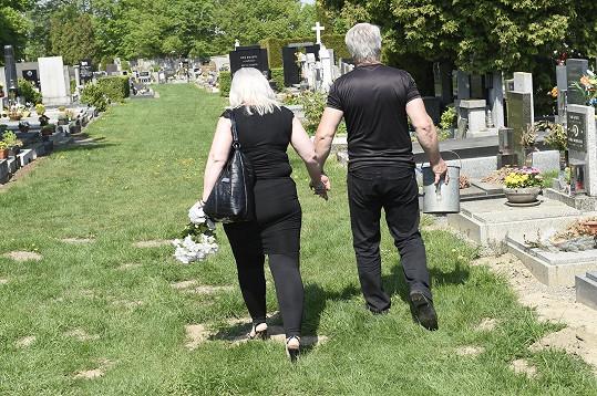Josef Rychtář se současnou přítelkyní přicházejí na hřbitov.