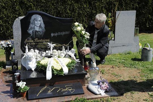 Josef Rychtář u hrobu pro Ivetu