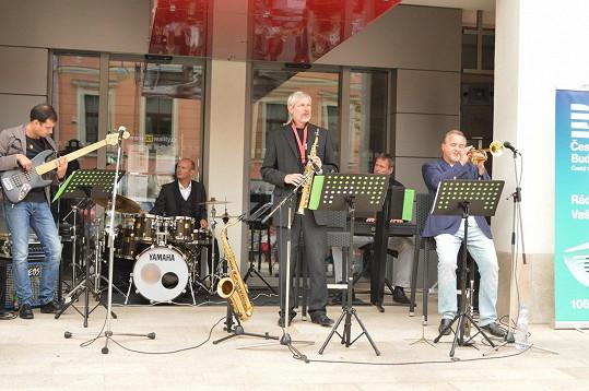 V Hluboké nad Vltavou koncertoval s kapelou.