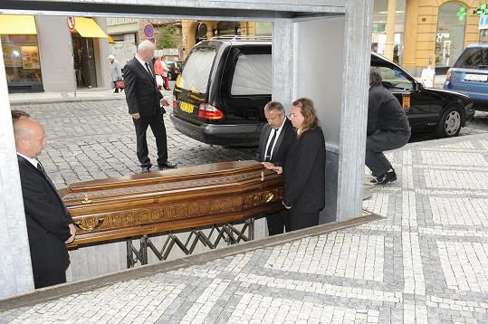 Pracovníci pohřební služby nesou ostatky Lipského do sálu.