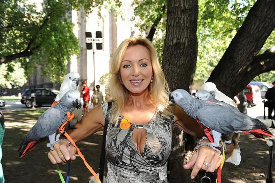 Kateřina Brožová pózuje s ptáky.