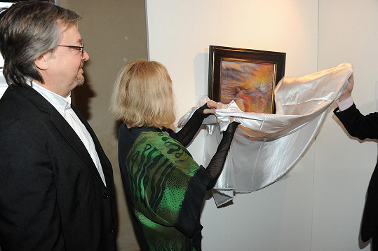 Herečka v zimním reflektáři Strahovského kláštera premiérově odhalila obraz.